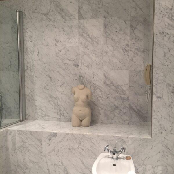 Badrum inrett i marmor från Carrara
