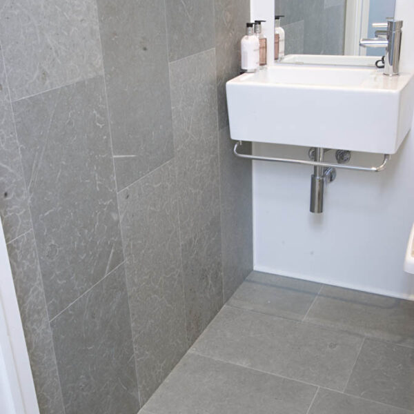 Ljusgrå Borghamnskalksten i badrum