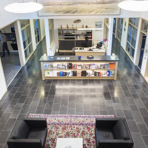 Golvplattor Svart Jämtlandskalksten på kontoret