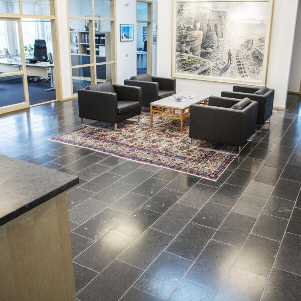 Svart Jämtlandskalksten på kontoret