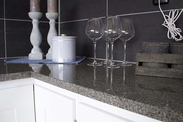 Bänkskiva gjord av granitskivan Bohus Grå