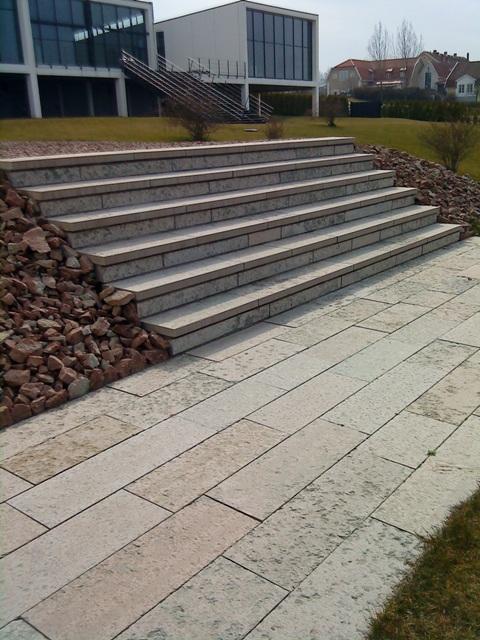 Terrångtrappa i kalkstensblock