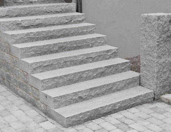 Entré trappa i krysshamrad granit