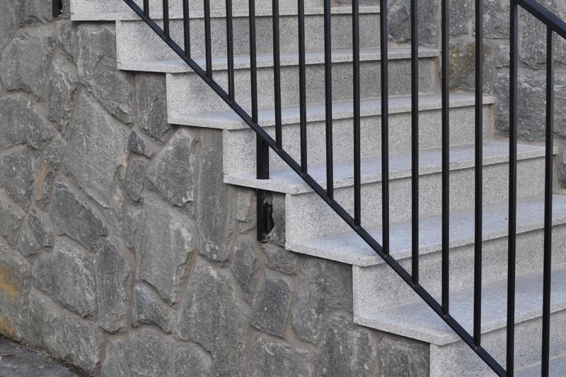 Bugnato mursten, trapps i ljus granit