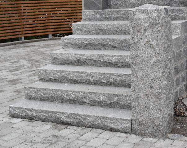 Elegant entré med trappa i granit