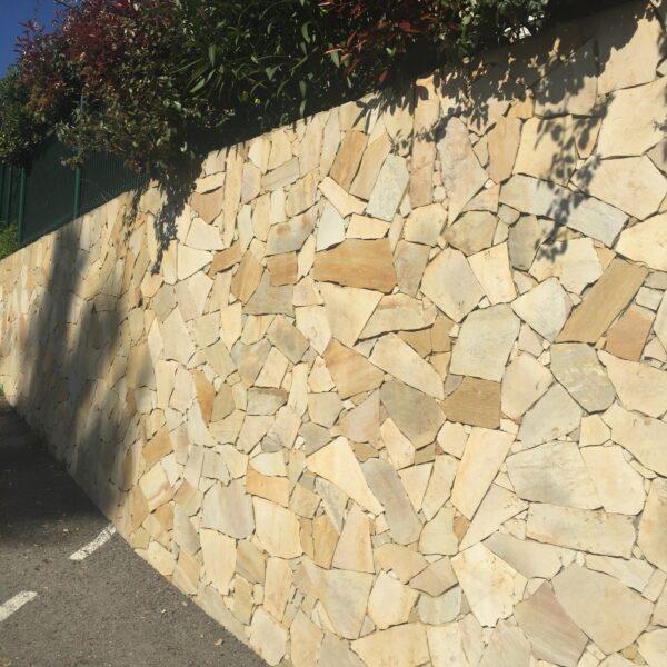 Vacker mur klädd i natursten Tropikal Yellow