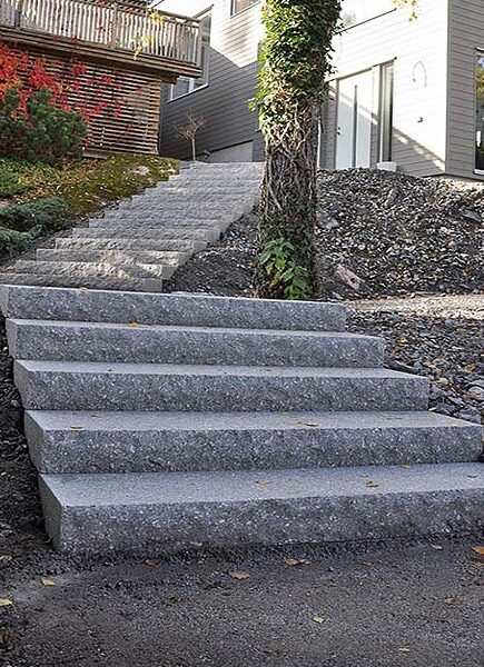 Blocksteg i granit uppbyggd i terräng