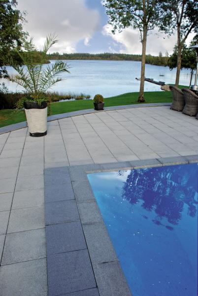 Poolsarg och poolområde i flammad granit