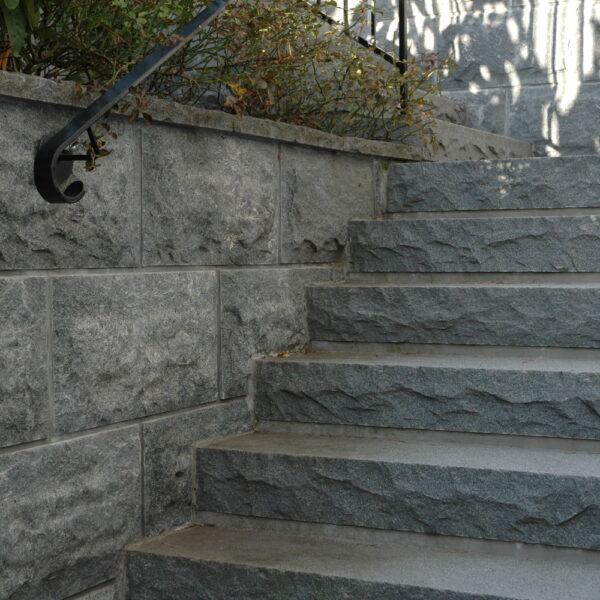 Blocksteg och murbeklädnad i granit