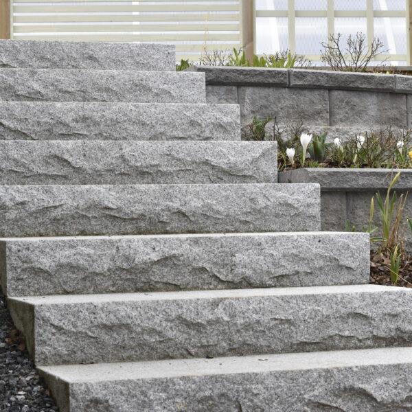 Blocksteg i granit med råkluvet sättsteg