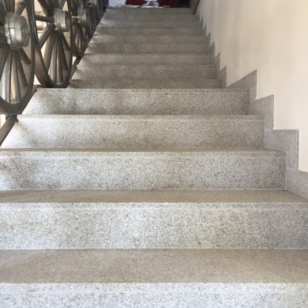 Trabbbeklädnad granit