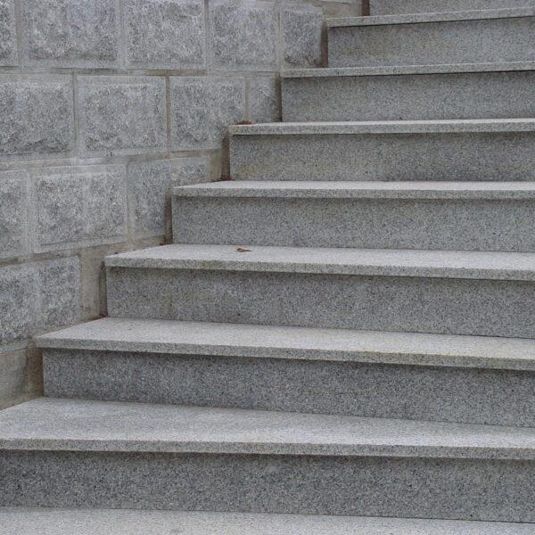 Trappa belagd med plan och sättsteg i ljus granit